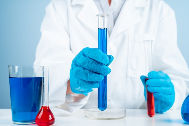 Jonge wetenschapper die met reageerbuis onderzoek naar klinisch laboratorium maakt.