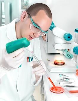 Jonge wetenschapper werkt in het lab