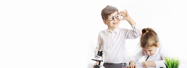 Jonge wetenschappers chemici. beroepsbegeleiding voor kinderen. keuze van beroep. dokter, laboratoriumassistent, chemicus.