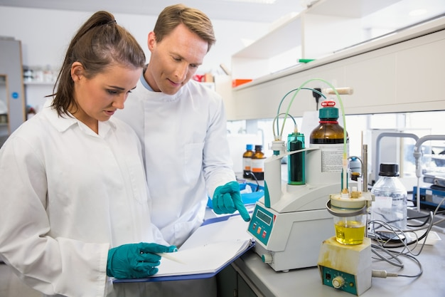 Jonge wetenschappers die samen een experiment uitvoeren