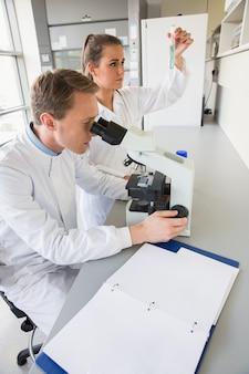 Jonge wetenschappers die samenwerken