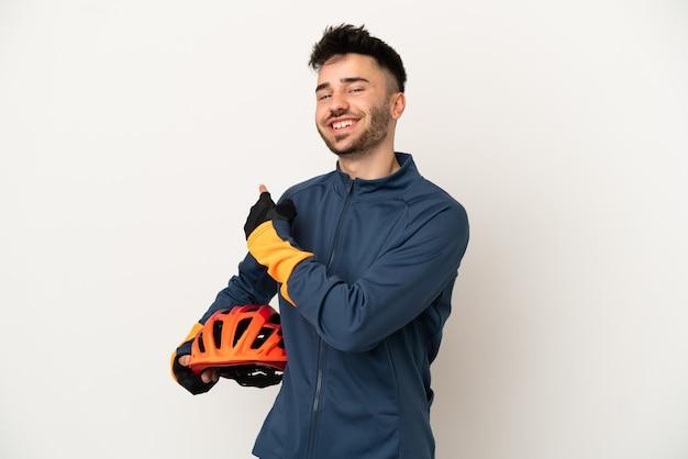 Jonge wielrenner man geïsoleerd op een witte achtergrond die terug wijst