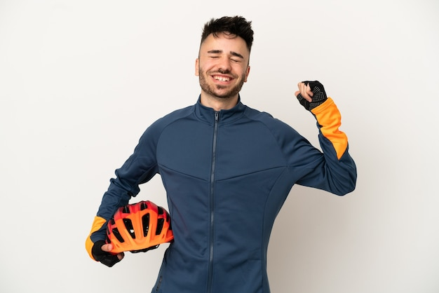 Jonge wielrenner man geïsoleerd op een witte achtergrond doen sterk gebaar