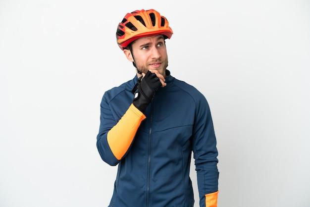 Jonge wielrenner man geïsoleerd op een witte achtergrond en opzoeken Premium Foto