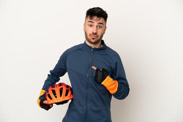 Jonge wielrenner man geïsoleerd op een witte achtergrond met verrassing gezichtsuitdrukking