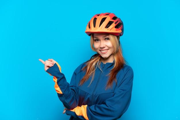Jonge wielrenner meisje geïsoleerd wijzende vinger naar de zijkant