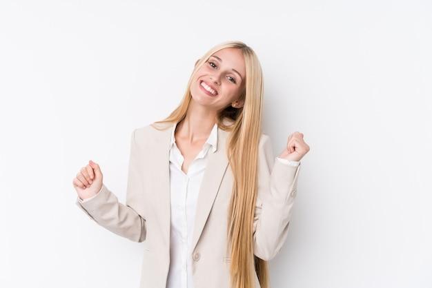 Jonge zakelijke blonde vrouw op wit dansen en plezier maken.