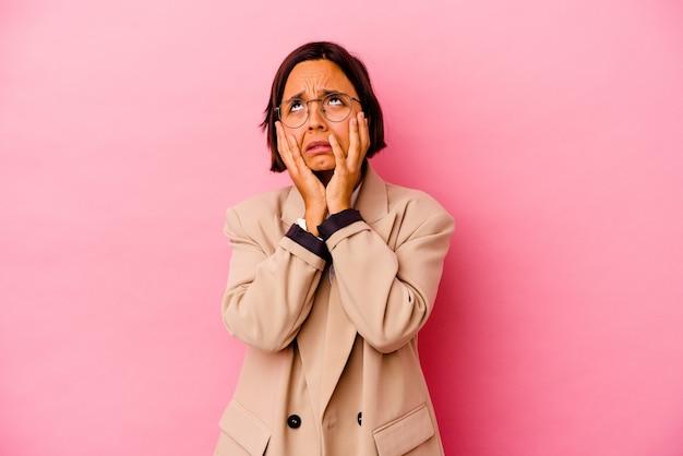 Jonge zakelijke gemengd ras vrouw geïsoleerd op roze achtergrond jammerend en huilend troosteloos.