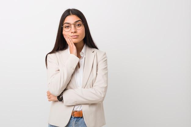 Jonge zaken arabische vrouw die zich vervelen, vermoeide en behoefte aan een dag ontspannen.