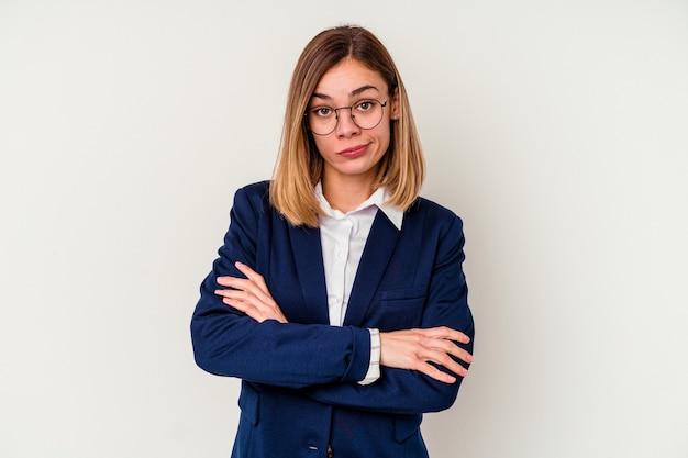 Jonge zaken blanke vrouw geïsoleerd op een witte achtergrond ongelukkig in de camera kijken met sarcastische uitdrukking.