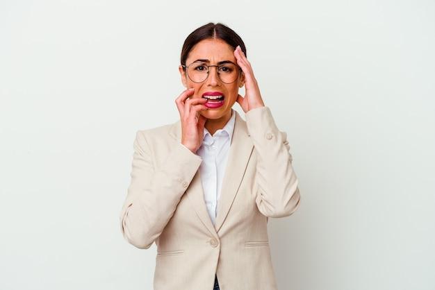 Jonge zaken blanke vrouw geïsoleerd op een witte achtergrond troosteloos jammeren en huilen.