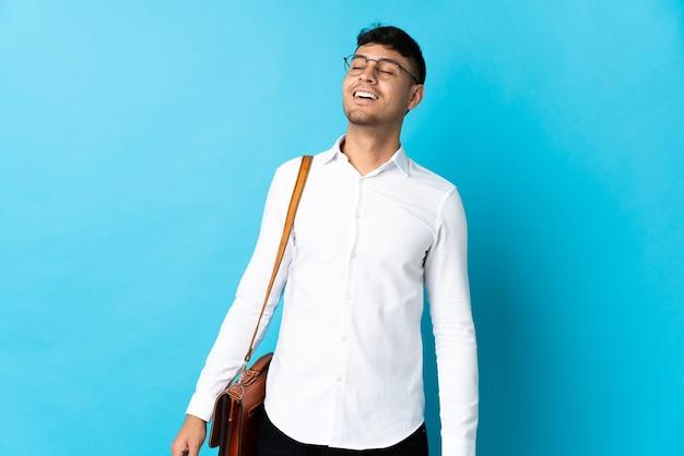 Jonge zaken colombiaanse man geïsoleerd op blauw lachen