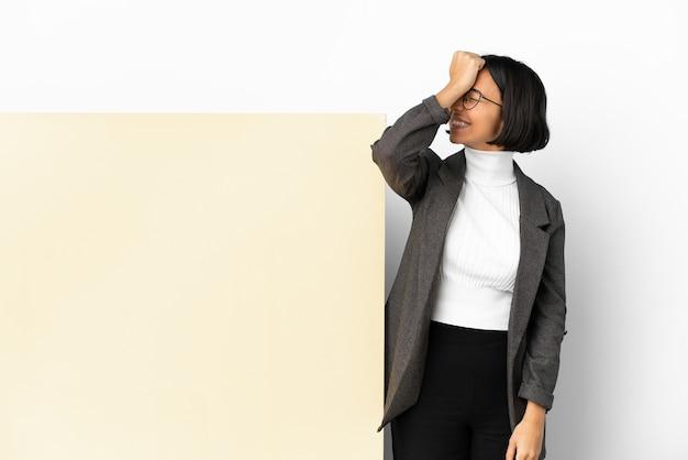 Jonge zaken gemengd ras vrouw met een grote banner over geïsoleerde achtergrond heeft iets gerealiseerd en de oplossing voornemens