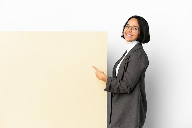 Jonge zaken gemengd ras vrouw met met een grote banner over geïsoleerde achtergrond naar achteren