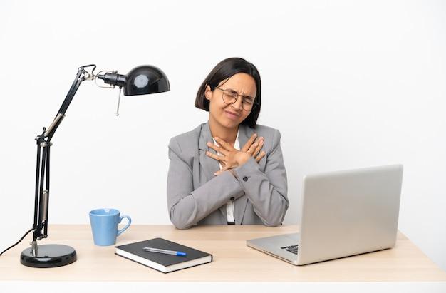 Jonge zaken gemengd ras vrouw werken op kantoor met pijn in het hart