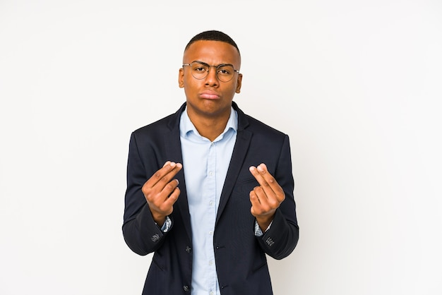 Jonge zaken latin man geïsoleerd op een witte achtergrond waaruit blijkt dat hij geen geld heeft.