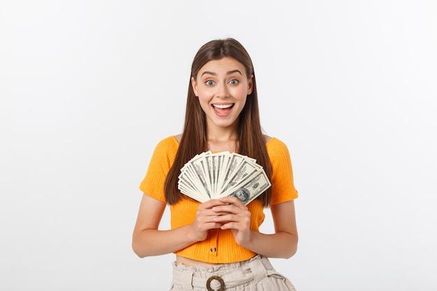 Jonge zaken vrouw aanhouden van geld geïsoleerd op een witte muur.