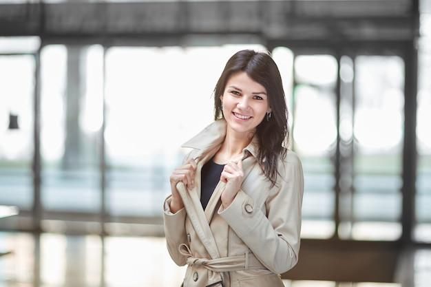 Jonge zaken vrouw op de achtergrond van het kantoor