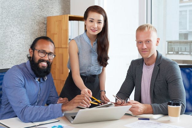 Jonge zakenlui werken in team