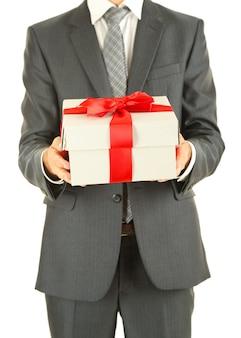 Jonge zakenman aanwezig geschenkdoos, geïsoleerd op wit