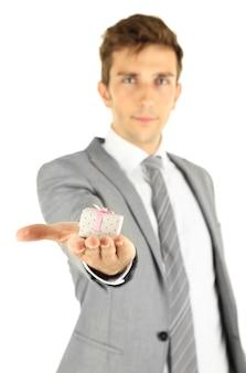 Jonge zakenman aanwezig geschenkdoos geïsoleerd