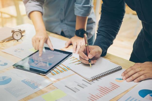 Jonge zakenman bedrijf pen het schrijven van een samenvattend verslag over een notebook