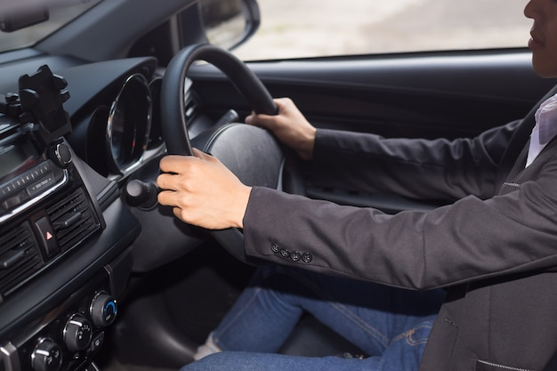 Jonge zakenman besturen van een auto