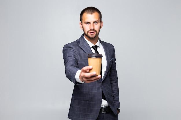 Jonge zakenman biedt een kopje koffie geïsoleerd op een witte achtergrond