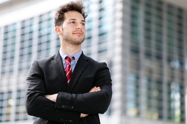 Jonge zakenman buiten in een moderne setting