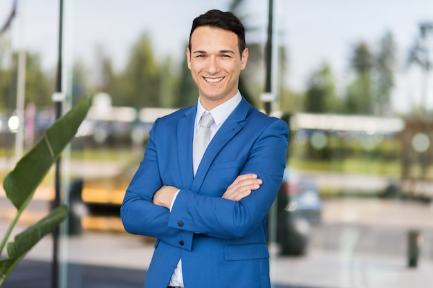 Jonge zakenman buiten
