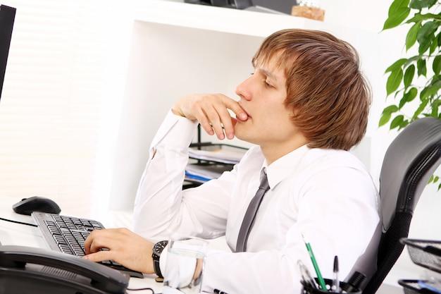 Jonge zakenman denkt over iets