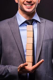 Jonge zakenman die creatief idee voorstelt.