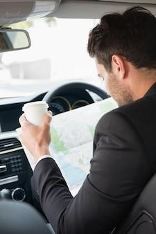 Jonge zakenman die een kaart leest