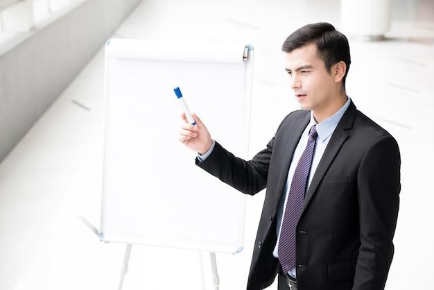 Jonge zakenman die een presentatie geeft