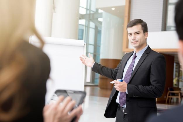 Jonge zakenman die een presentatie maakt