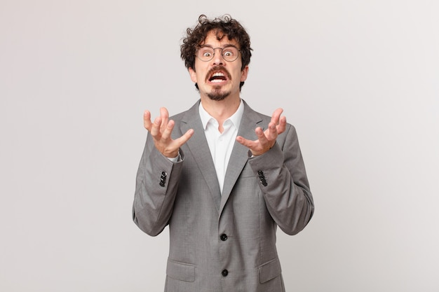 Jonge zakenman die er wanhopig, gefrustreerd en gestrest uitziet