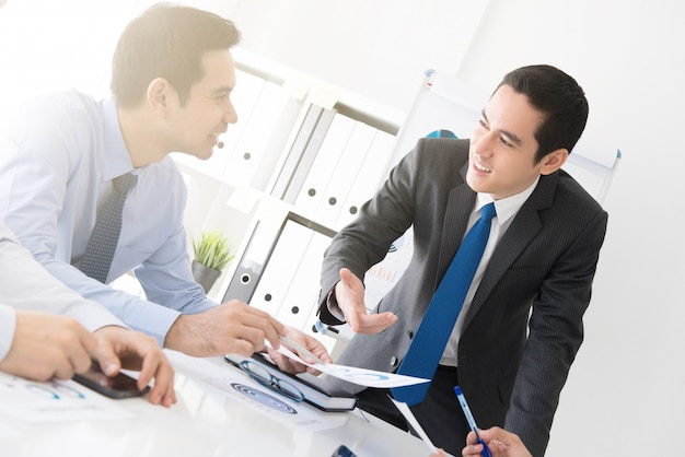 Jonge zakenman die het werk bespreken op de vergadering