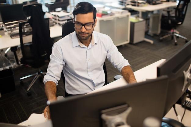 Jonge zakenman die in bureau werkt