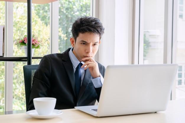 Jonge zakenman die in een nieuw kantoor werkt