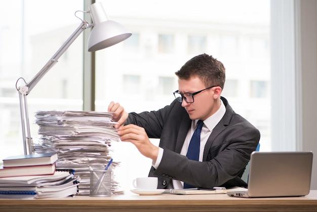 Jonge zakenman die in het bureau werkt