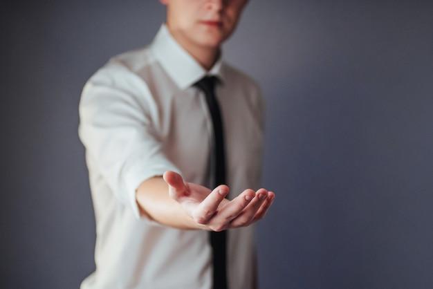 Jonge zakenman die lege handen toont