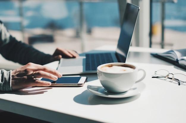 Jonge zakenman die met laptop op kantoor werkt. een man met een moderne laptop