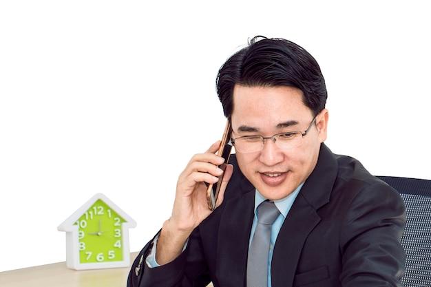 Jonge zakenman die met slimme telefoon spreekt.