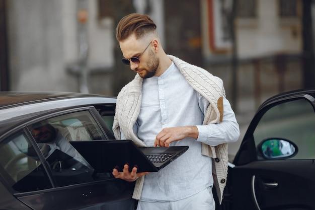 Jonge zakenman die op de straat loopt