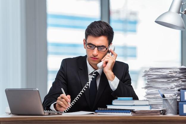Jonge zakenman die op de telefoon spreekt