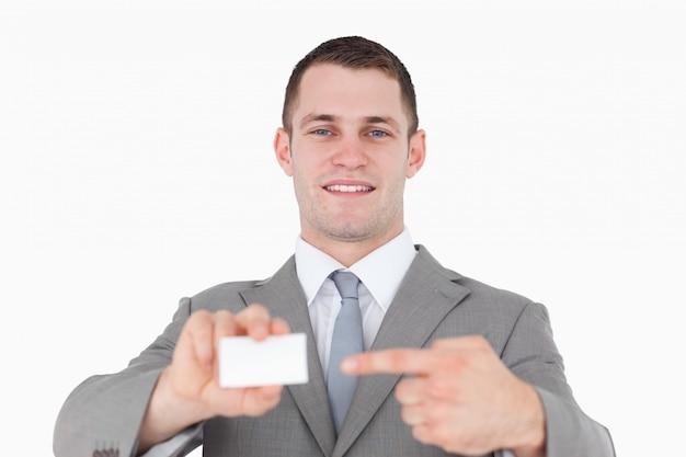 Jonge zakenman die op een leeg adreskaartje richt