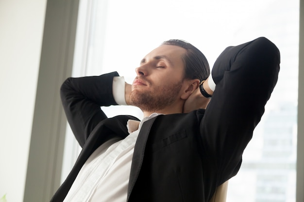 Jonge zakenman die op het werk rust