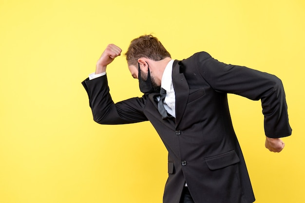 Jonge zakenman die project beëindigt tevreden voelt op geel