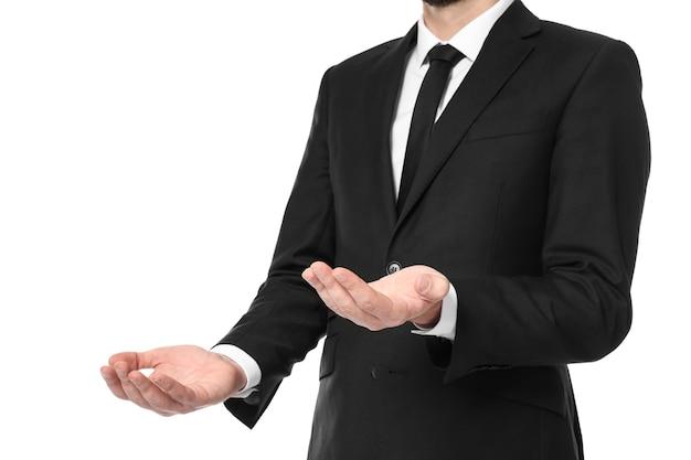 Jonge zakenman die saldogebaar op witte achtergrond toont