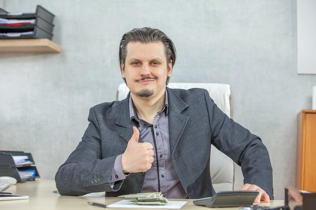 Jonge zakenman die vanuit zijn kantoor werkt - het concept van vertrouwen en succes